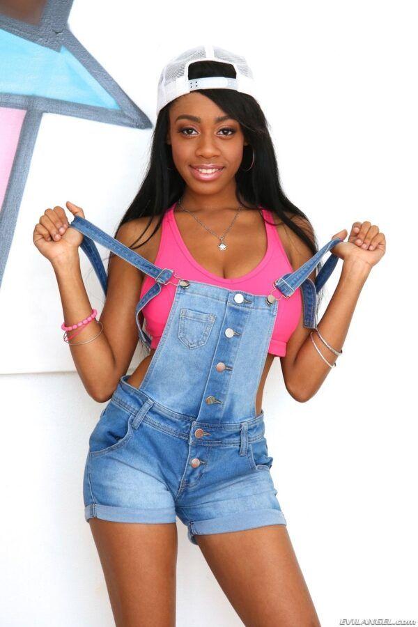 Negra Novinha de 18 Aninhos Pelada