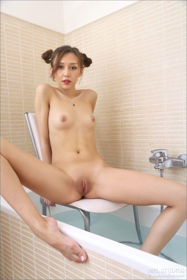 Asiática Tomando Banho Exibindo a Buceta Raspadinha