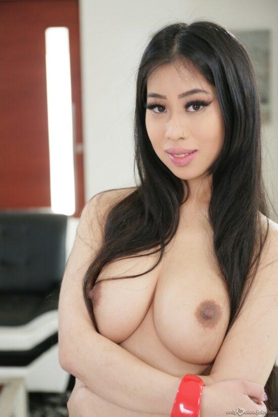 Linda novinha asiática pagando boquete