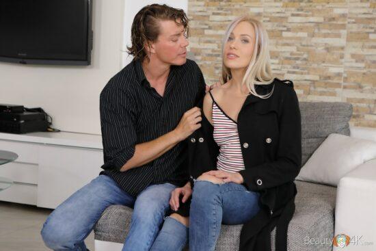 Loira vagabunda fazendo sexo no sofá
