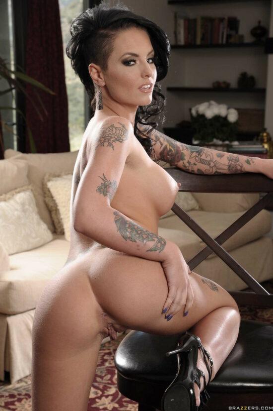 Moreninha tatuada cavalgando na pica e tomando gozada na cara
