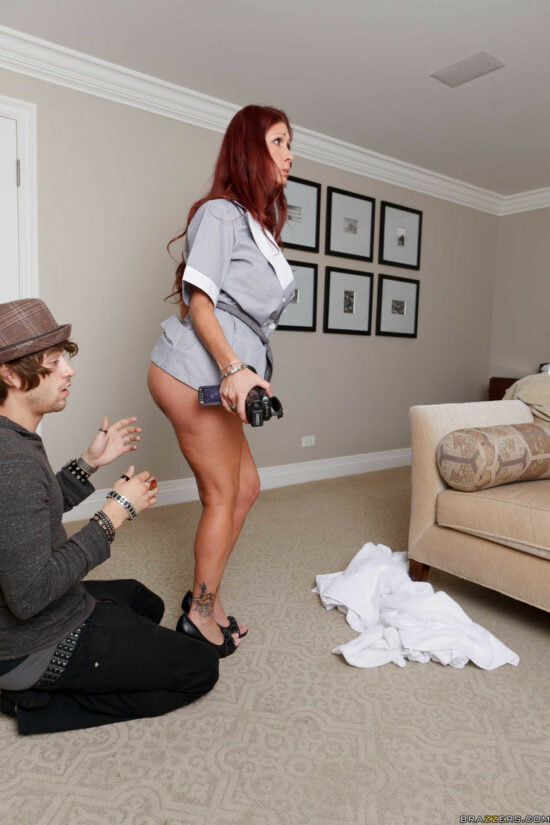 Fotos de camareira de hotel ruiva dando a bunda