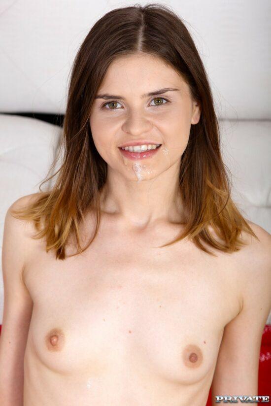 Sexo anal em fotos quentes de magrinha safada