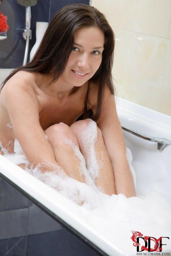 Gostosa pelada se masturbando no banho