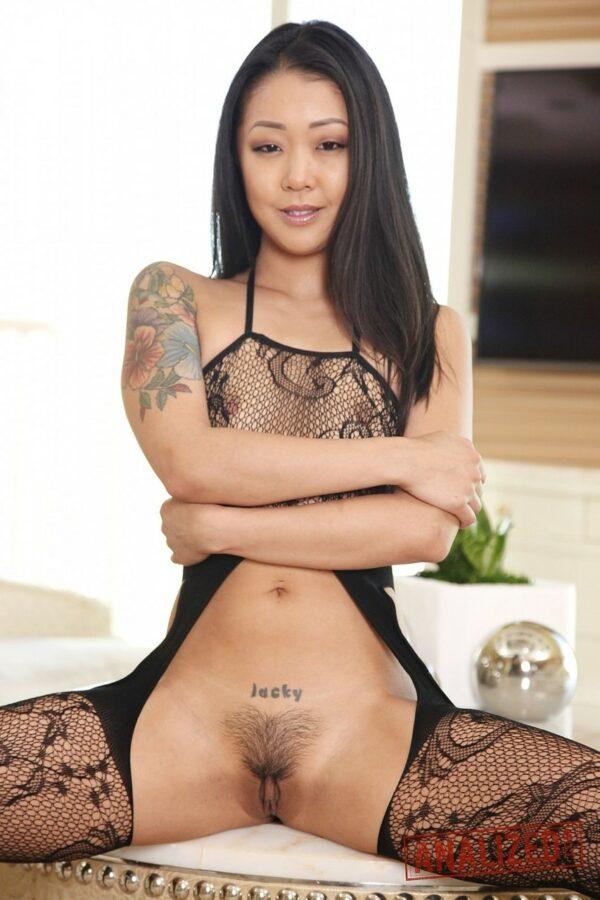 Mulher pelada novinha asiática linda