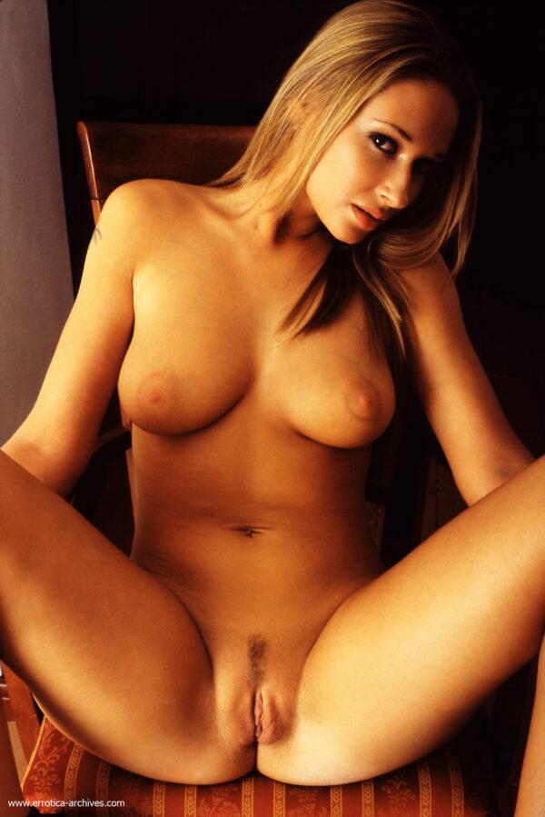 Loira gostosa sensualizando e exibindo a bucetona em fotos