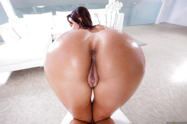 Mulher pelada rabuda com peitões lindos e buceta carnuda